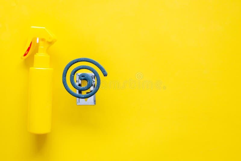 Протекторы москита Индивидуал и для открытого пространства Зеленая спираль и брызг на желтом космосе взгляд сверху предпосылки дл стоковые изображения rf