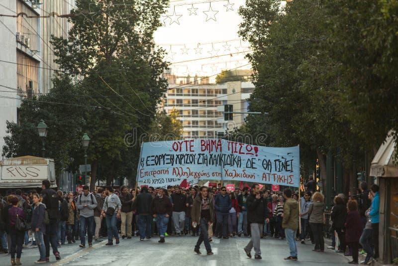 Протестующие анархиста около университета Афин, который был занят протестующими стоковые изображения rf