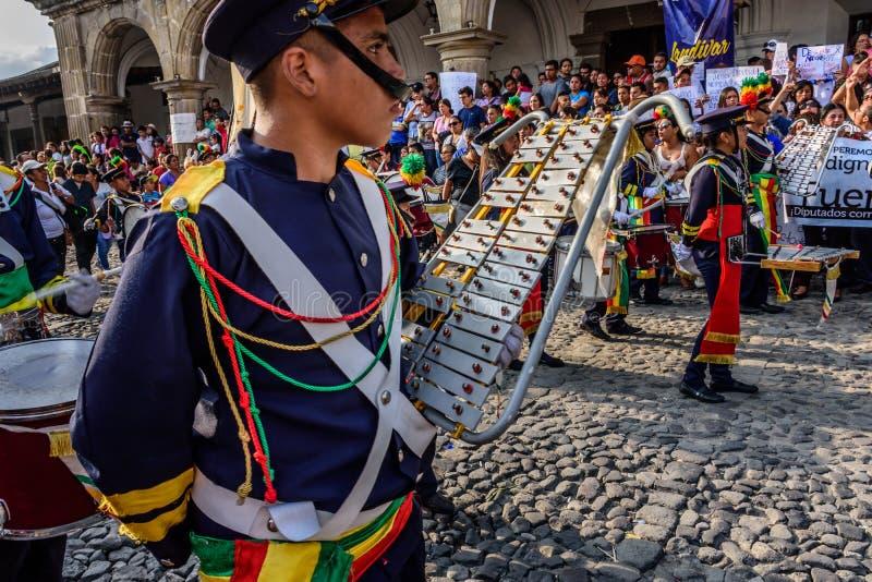 Протестующие & военный оркестр, День независимости, Гватемала стоковые изображения