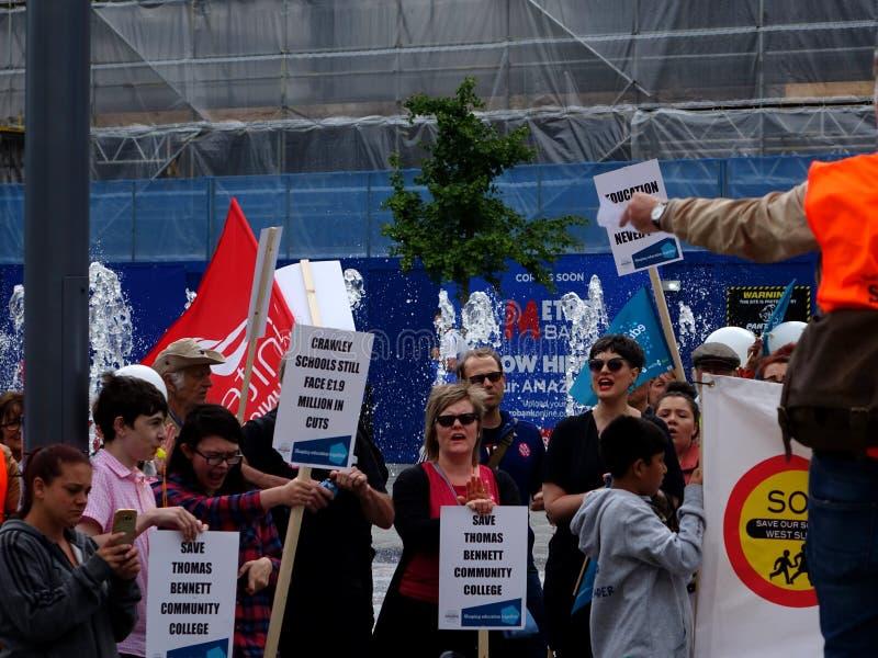 Протестующие для бюджетных сокращений общественного колледжа Томаса Bennett стоковые фото