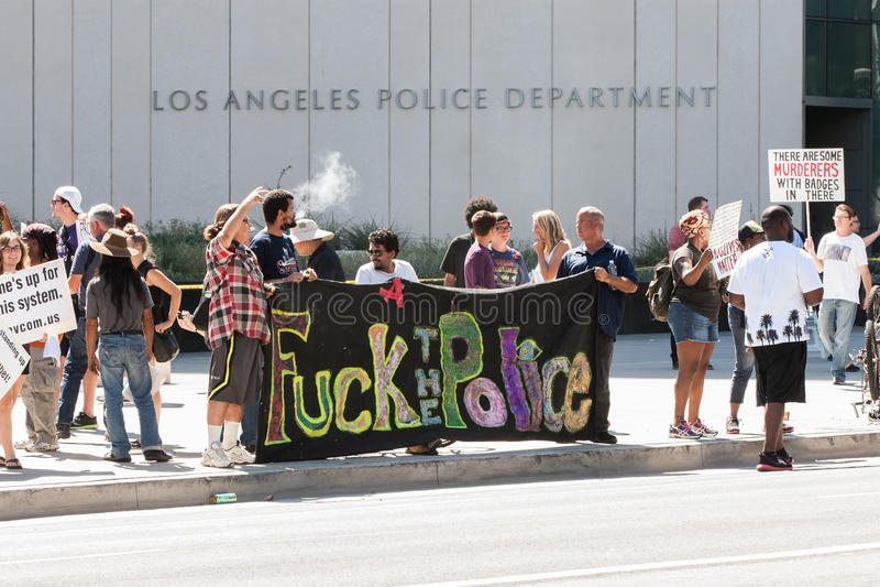 Протестующие держат знамя вне штабов LAPD стоковые фотографии rf