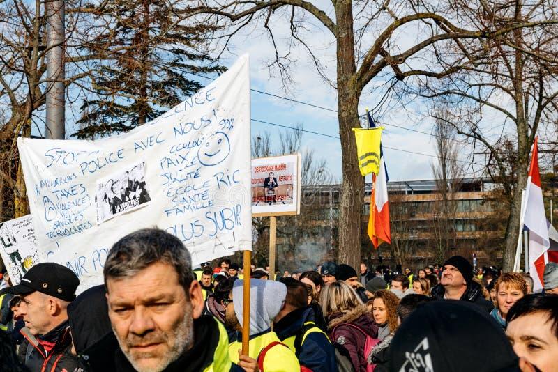 Протестующие идя с плакатами против Emmanuel Macron стоковые изображения
