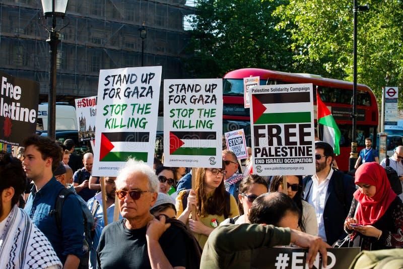 Протестующие с плакатами на Газа: Остановите ралли бойни в Уайтхолле, Лондоне, Великобритании стоковое изображение
