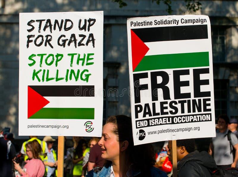 Протестующие с плакатами на Газа: Остановите ралли бойни в Уайтхолле, Лондоне, Великобритании стоковые фотографии rf