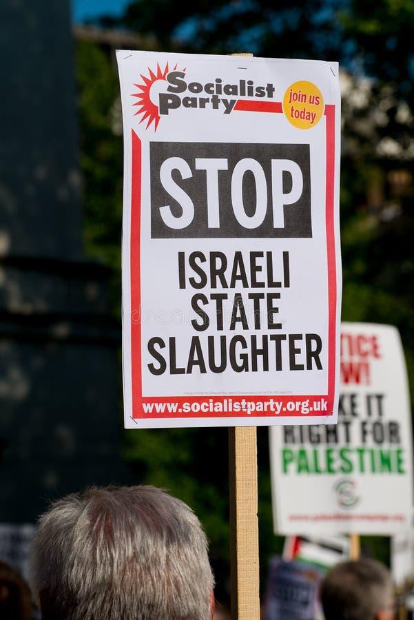 Протестующий с плакатом на Газа: Остановите ралли бойни в Уайтхолле, Лондоне, Великобритании стоковая фотография