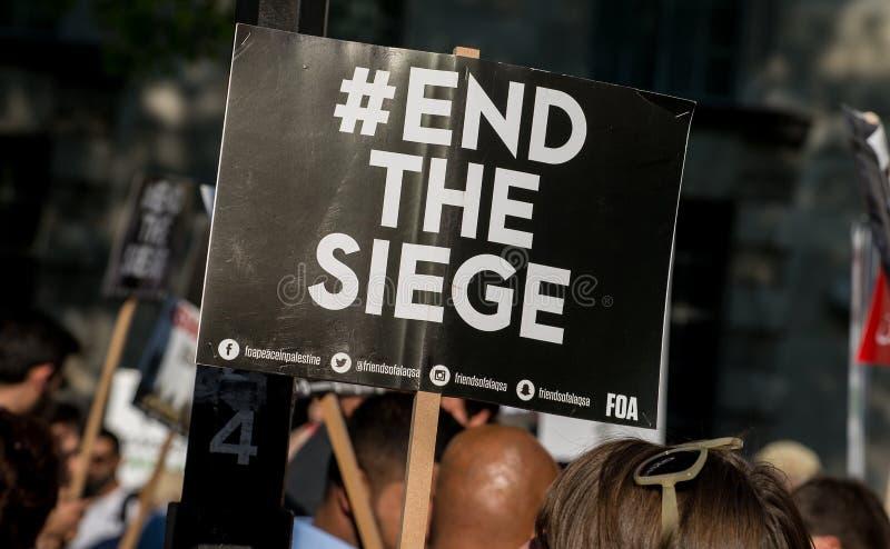 Протестующий с плакатом на Газа: Остановите ралли бойни в Уайтхолле, Лондоне, Великобритании стоковые фото