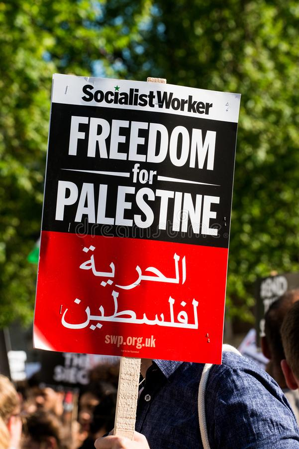 Протестующий с плакатом на Газа: Остановите ралли бойни в Уайтхолле, Лондоне, Великобритании стоковые изображения