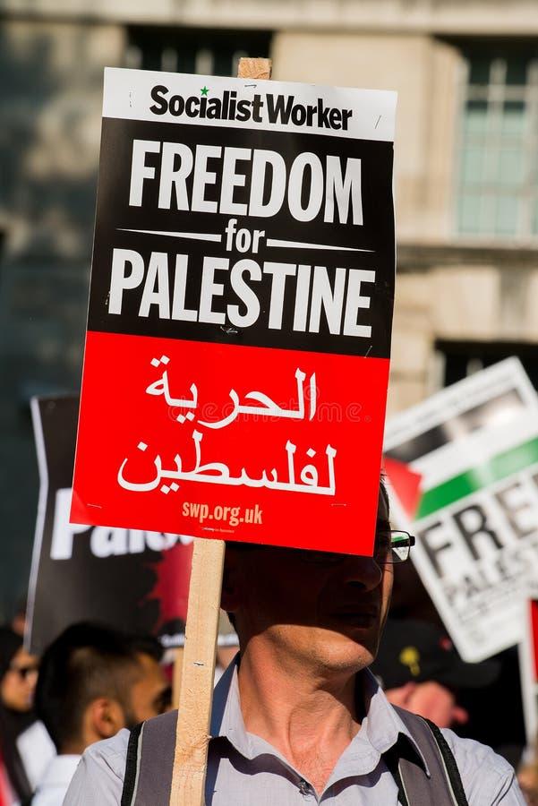 Протестующий с плакатом на Газа: Остановите ралли бойни в Уайтхолле, Лондоне, Великобритании стоковая фотография rf