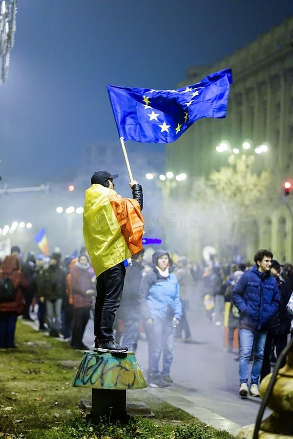 Download Протестующий с флагом Европейского союза, Бухарестом, Румынией Редакционное Стоковое Фото - изображение: 104706323