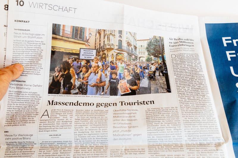 Протест abour газеты чтения человека в Palma de Mallorca стоковые фото