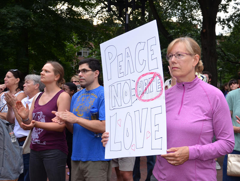 Протест Charlottesville в Энн Арбор - знаке мира стоковая фотография rf