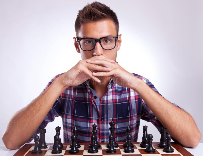 Противница шахмат смотря в ваши глаза стоковые изображения