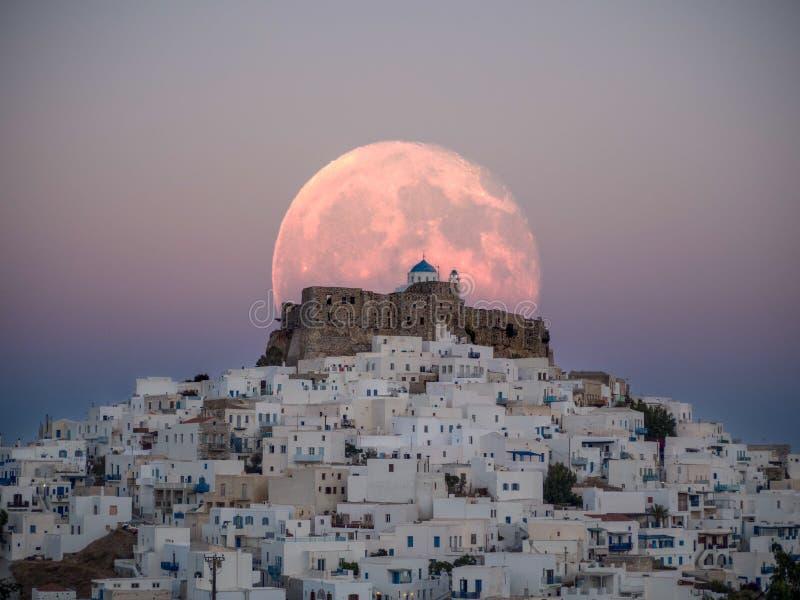 Противоестественная большая луна над замком Astypalaia стоковая фотография rf