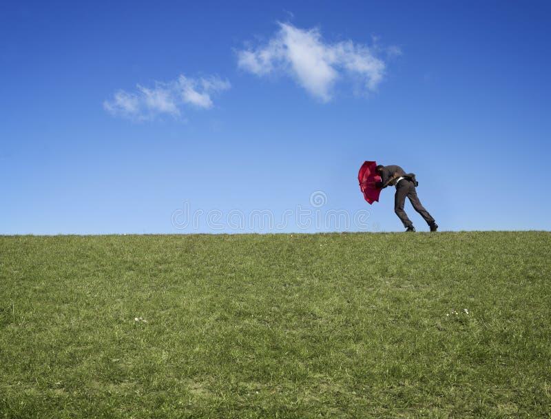 против ветра человека стоковое изображение rf