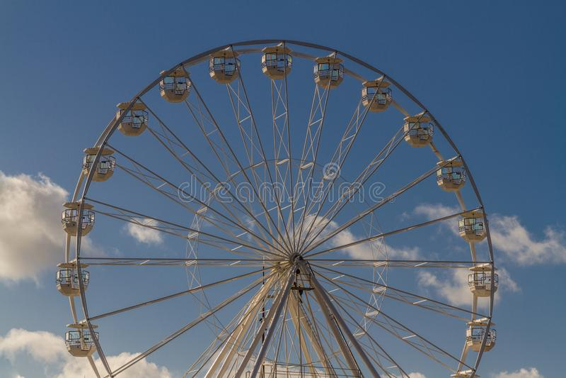 против голубого колеса неба ferris стоковые изображения rf