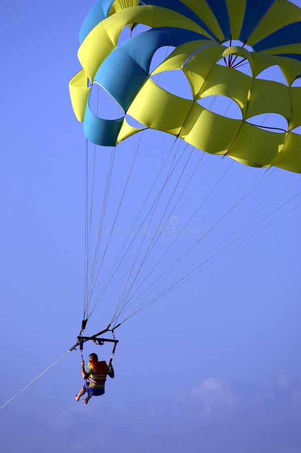 против голубого мыжского неба parasailing стоковые фото