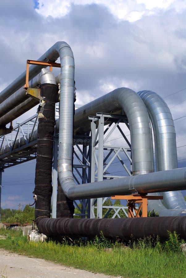 против голубого промышленного неба трубопроводов стоковые фото