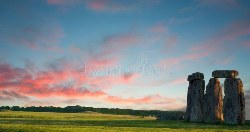 против голубого пурпурового stonehenge неба стоковая фотография