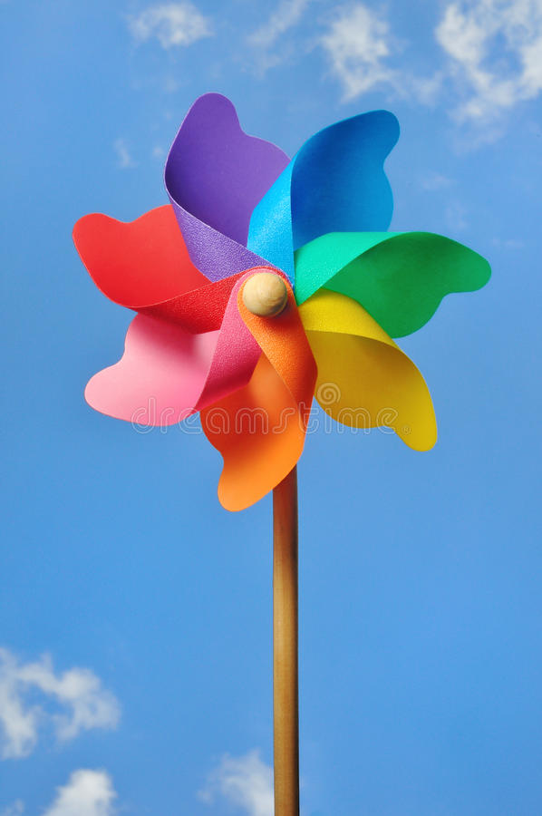 против голубой ветрянки неба pinwheel стоковые изображения