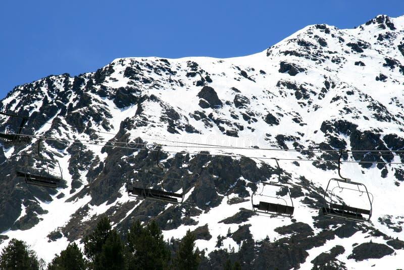 против гор chairlift белых стоковое изображение rf