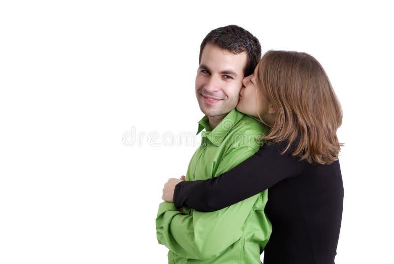 против детенышей whitte пар предпосылки целуя стоковые фото