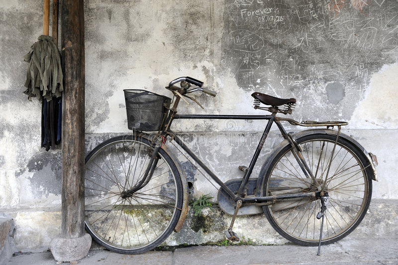 против дома bike деревянной стоковое фото rf
