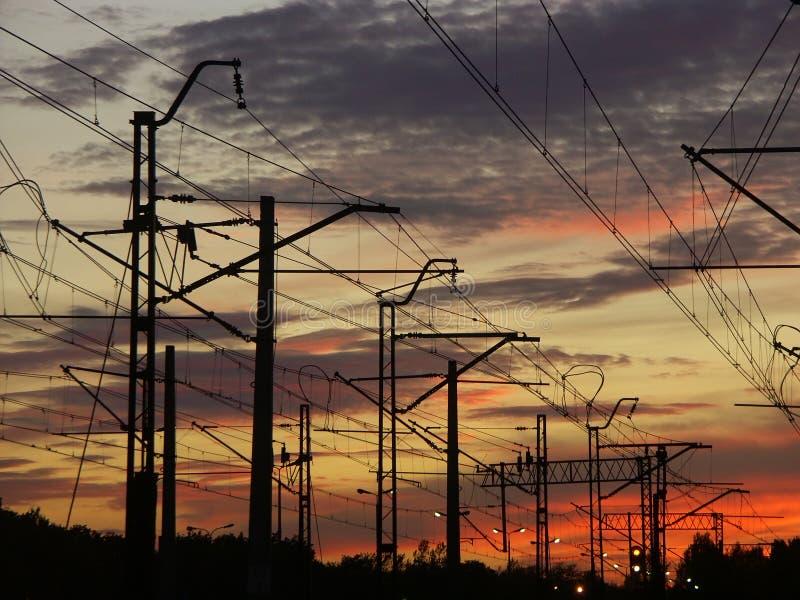 против железнодорожной системы захода солнца неба стоковое фото