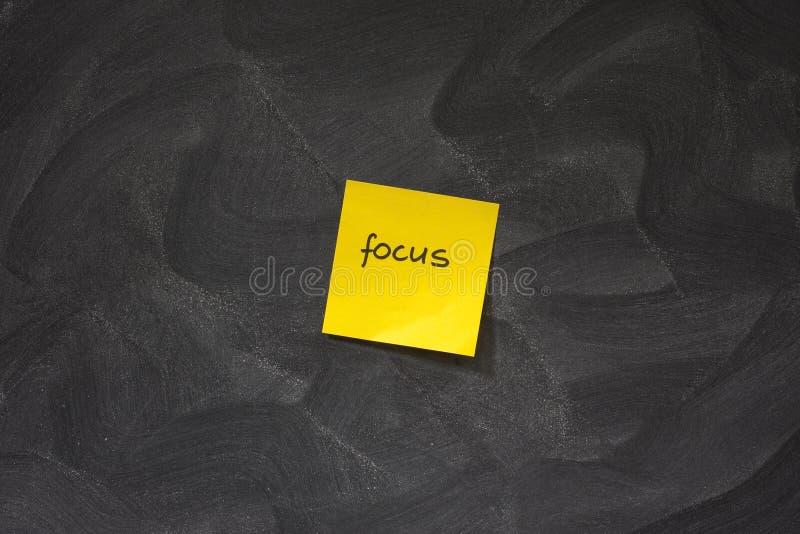против желтого цвета примечания фокуса классн классного липкого стоковое фото