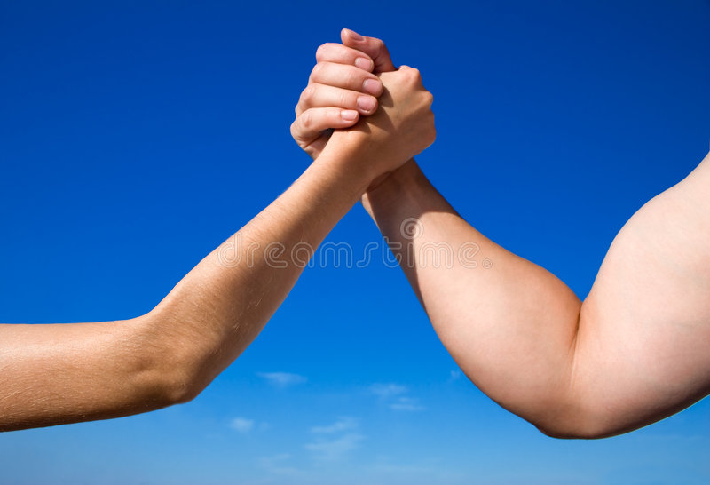 против женщины человека рукоятки wrestling стоковые изображения