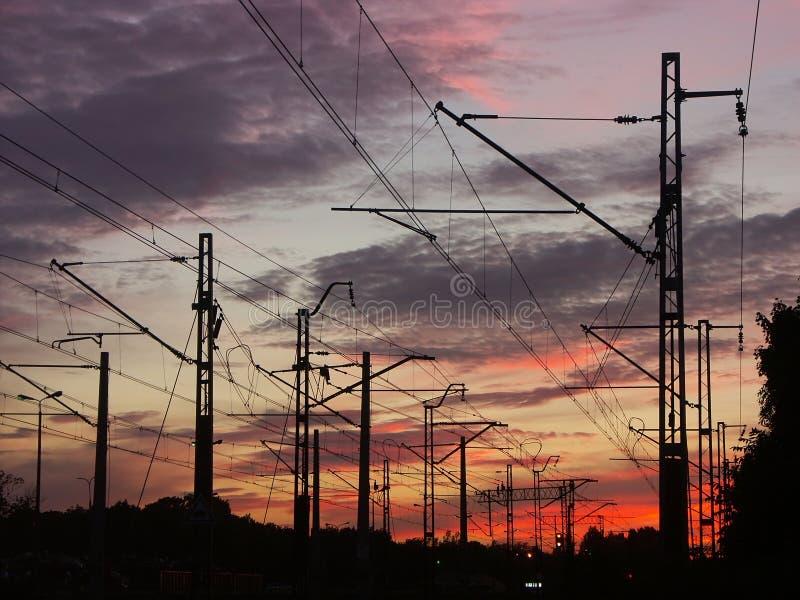 против захода солнца неба инфраструктуры железнодорожного стоковые изображения rf