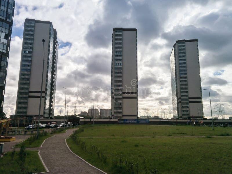 против неба подъема зданий высокого стоковые фотографии rf