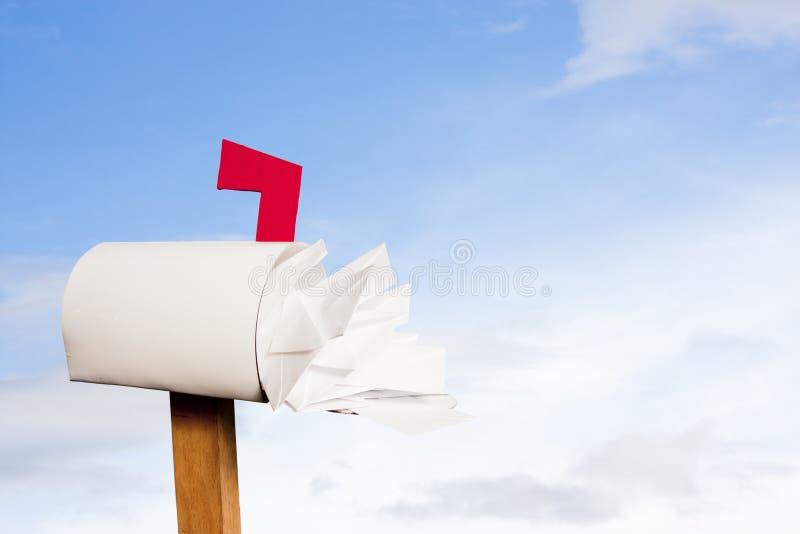 против неба почты коробки переполняя стоковые изображения