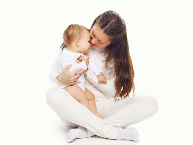 против предпосылки младенца ее удерживание изолировало детенышей мати белых стоковые фото