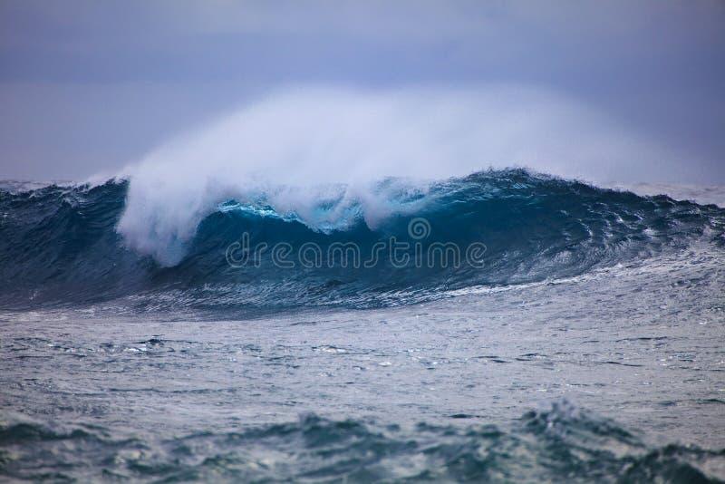 против пульсаций прибоя шторма берега oahu стоковые фотографии rf
