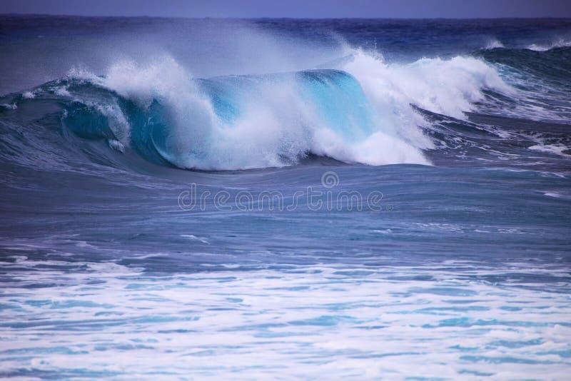 против пульсаций прибоя шторма берега oahu стоковая фотография