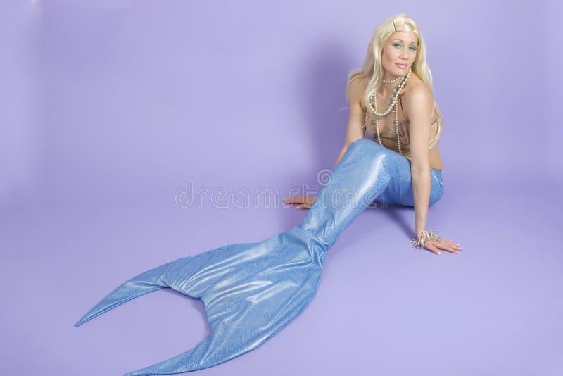 Download против пурпура Mermaid предпосылки Стоковое Изображение - изображение: 650443