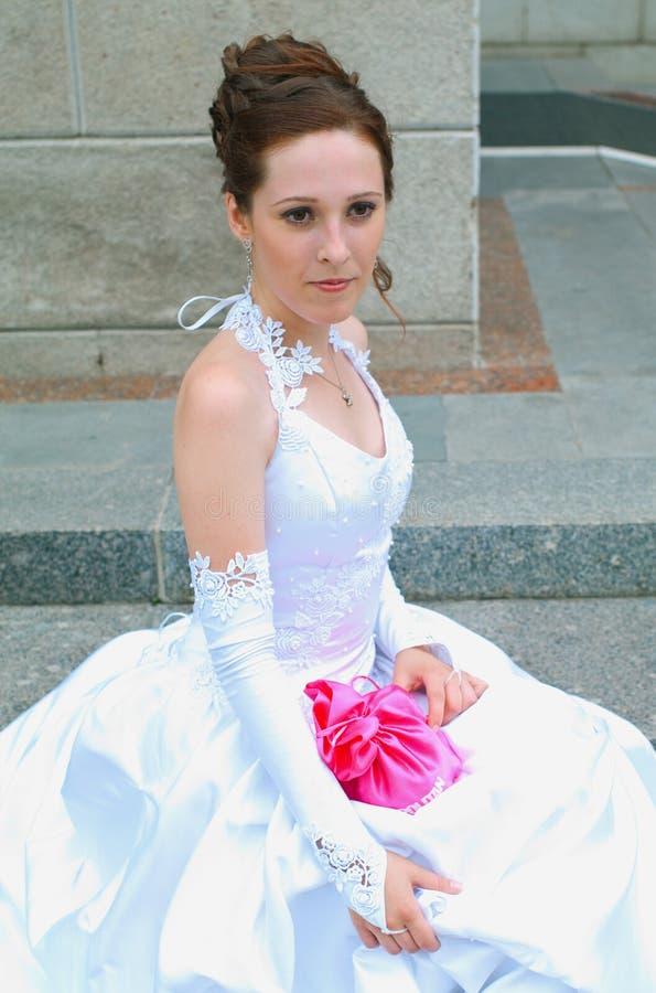 против стены невесты кирпича стоковая фотография rf