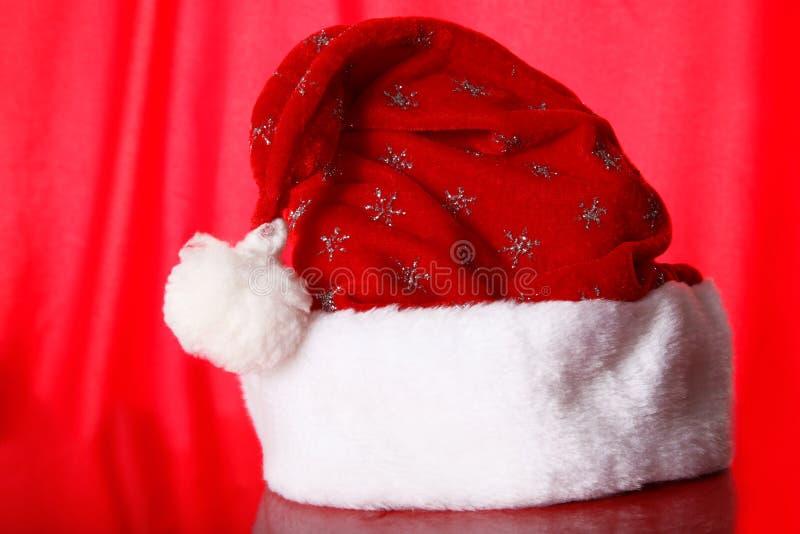 против шлема красного s santa предпосылки стоковые изображения
