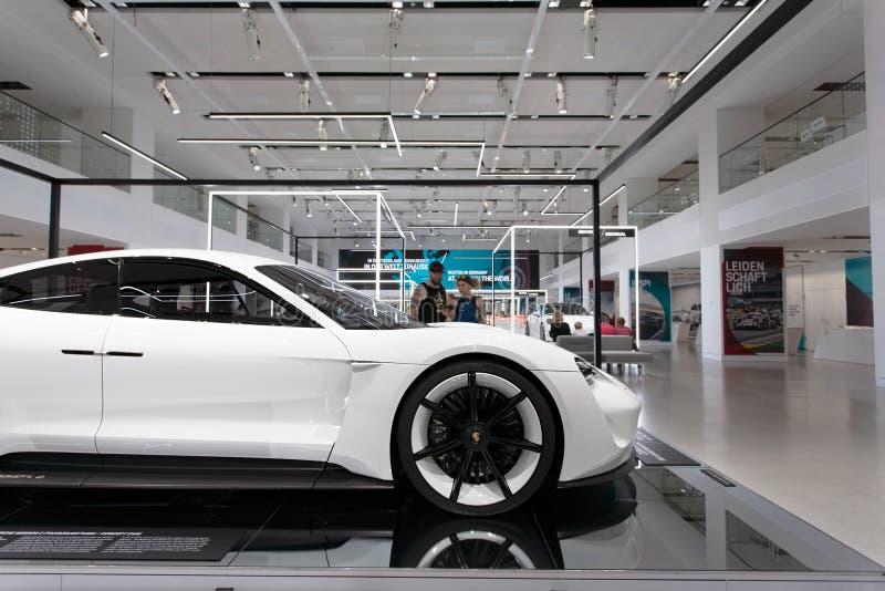Прототип автомобиля концепции полета e Порше в бело- исследовании концепции электрического автомобиля - детали лицевой стороны стоковое фото rf