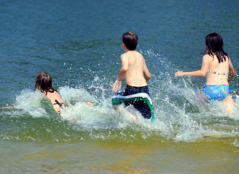 проточная вода детей стоковая фотография rf