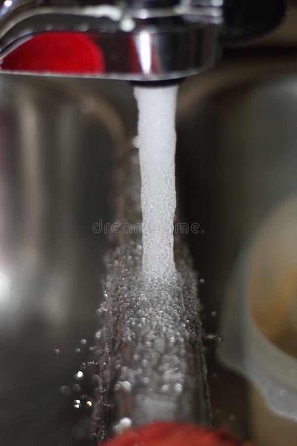 Проточная вода от faucet стоковые изображения