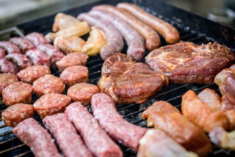 Протыкальник сырого мяса на гриле барбекю с углем стоковая фотография rf