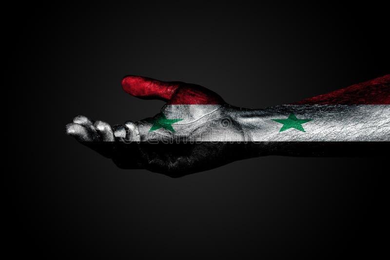 Протягиванная рука с вычерченным флагом Сирии, знак помощи или запрос, на темной предпосылке иллюстрация штока
