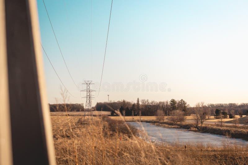Протягивать линий электропередач в расстояние стоковые изображения rf