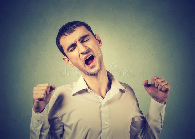Протягивать сонного человека зевая подготовляет назад Лишение сна стоковые изображения rf