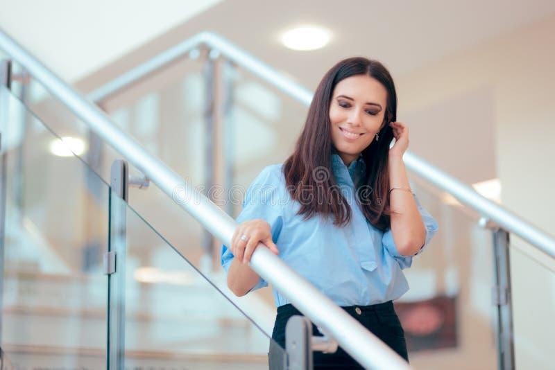 Профессиональная бизнес-леди идя вниз с лестниц стоковые фотографии rf