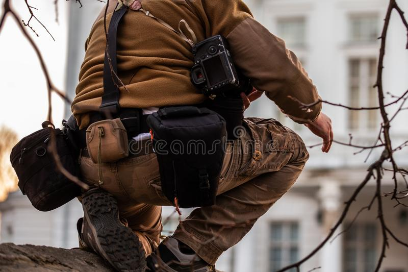 Профессиональная весьма шестерня системы мешка пояса фотографа в действии стоковое фото