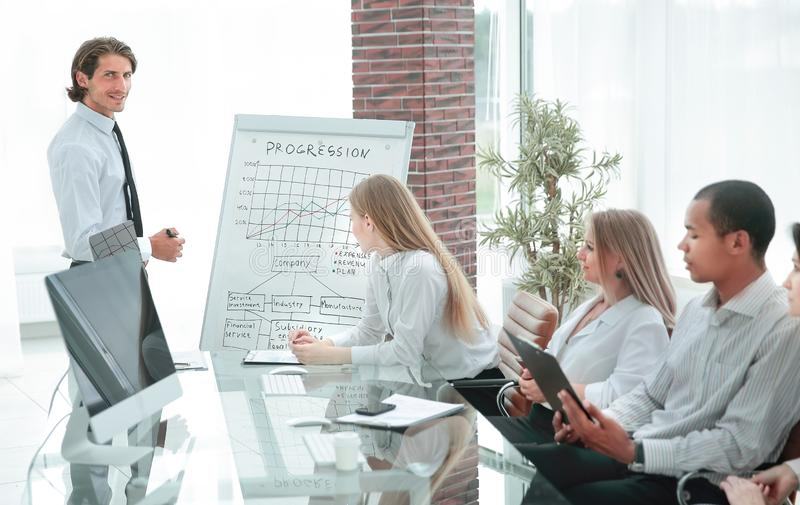 Профессиональная команда дела обсуждая финансовую диаграмму стоковое фото rf