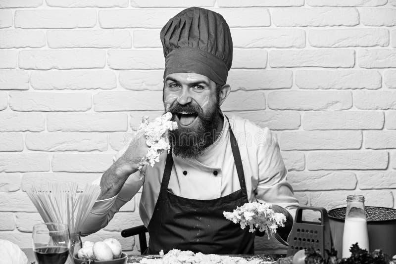 Профессиональная концепция кулинарии Кашевар с голодной счастливой стороной стоковая фотография rf