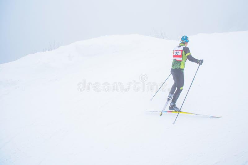 Профессиональная нордическая гонка лыжи, конкуренция по пересеченной местностей, спортсмен в белой природе зимы Первоначальное фо стоковое фото